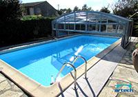Panneaux relevables sur un abri de piscine mi-haut